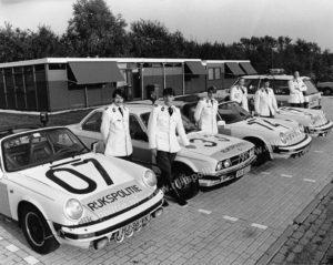 Foto vóór het tijdelijke steunpunt Breda. Drie Porsches 911 targa, één Range Rover en dus ook deze BMW 323i. Van links naar rechts zien we Coen Ossevoort, Ard Korevaar, Louis van Beers, Jan Heiwegen, Marinus de Jong en Bert Verstraaten. Vermoedelijk was dit surveillance-eenheid (SE) 32.