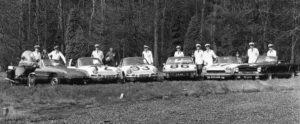 Algemene Verkeersdienst, Rijkspolitie, BMW Boxer motorfiets, Alfa Romeo Spider, 92-02-SG, Porsche 912, 28-54-HK, Alex 1272, Porsche 911, 25-72-PV, Alex 1293, Porsche 914, 11-10-MX, Alex 1286, Fiat 124 Sport Spider, 09-93-PN, Alex 1207, Triumph TR7, 92-53-PK, Piet Hertog, Rinze Hiddinga, Ab Veenvliet (in trainingspak), Hil Koetjé, Toon Meijer, ?, Jacques van Bennekom, Frans Bossink (vermoedelijk), Joop Kerkhof, Jan Malestein.