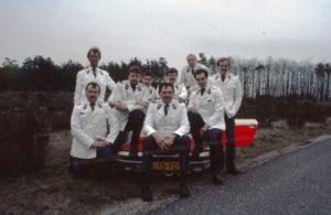 """Algemene Verkeersdienst, Rijkspolitie, Groep Surveillance Autosnelwegen (SAS), Alex JL-15-FD, Alex 1215, Mercedes 190, Alex 1266, LV-33-DX, Alex 1265, LV-34-DX, Alex 1255, LX-71-XG, Jan Kruining, Guus de Weile, Arie Klaver, Henk Bakker, Kees de Koning, Hans de Jager, Guido van Rooijen,""""Kale Arie"""", Rienk Hoekstra, Bob Melief."""